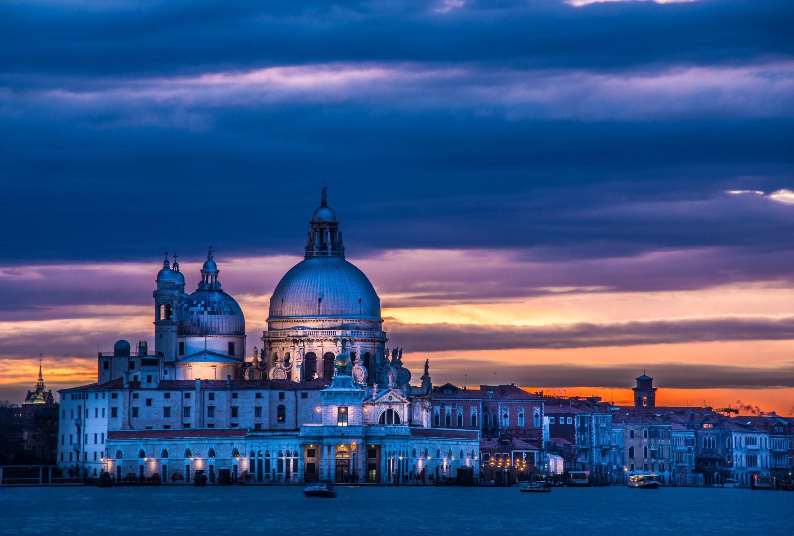 night shot of the Basilica San Maria della Salute.